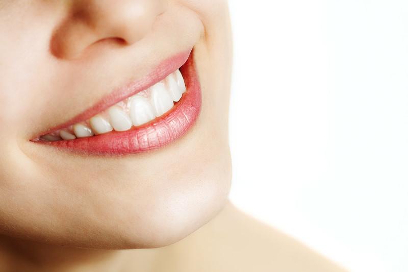 女性に白い歯