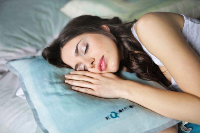 うたた寝する女性