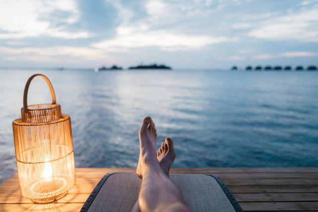 海辺に寝る女性